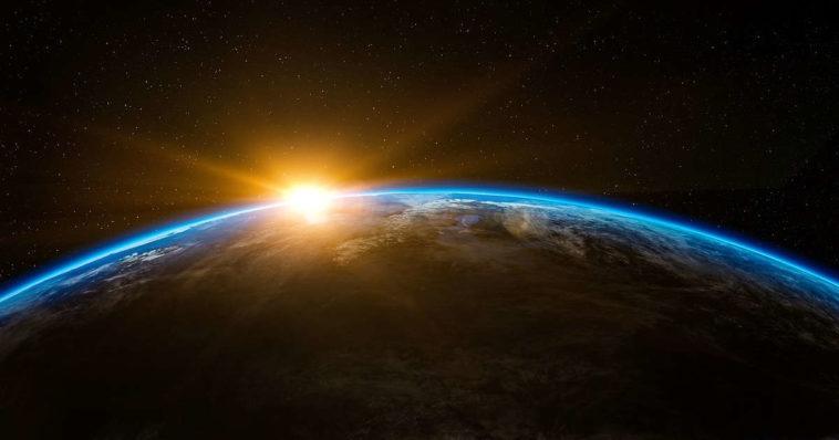 Pianeta terra visto dall'alto, da satellite, con sole che sorge