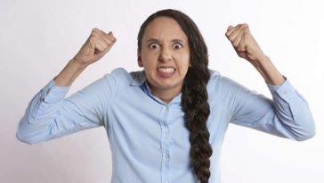 Ragazza con treccia arrabbiata trema
