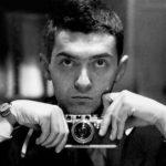 Kubrick giovane tiene in mano macchina fotografica