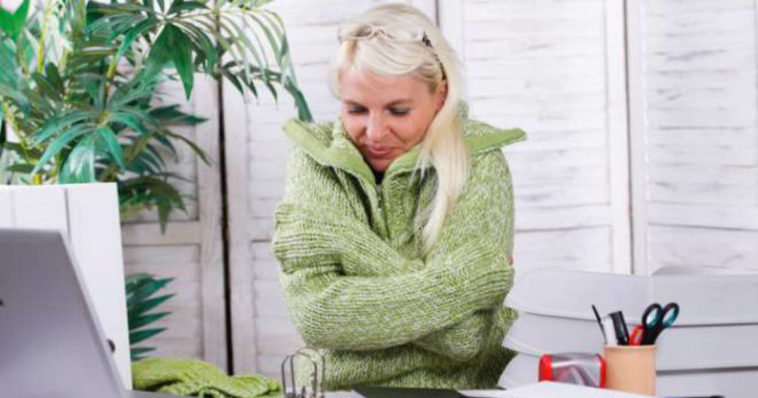 Donna che sente freddo