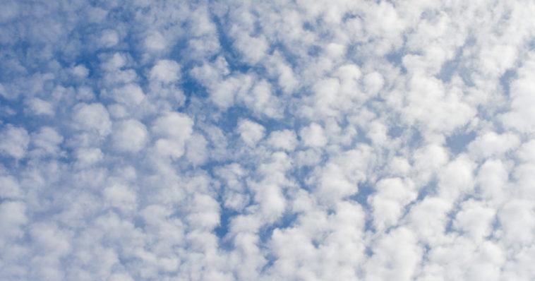 Cielo con nuvole a batuffoli.