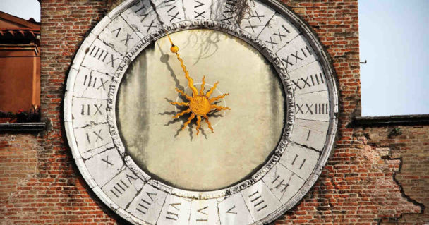Una meridiana segna l'orario del giorno che è diviso in 24 ore