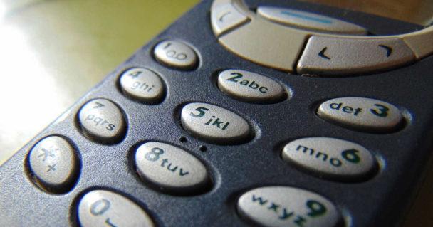 Foto di un nokia 3310 famoso per essere molto resistente