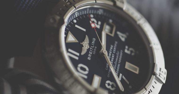 Primo piano orologio da uomo elegante che segna 60 minuti e 60 secondi