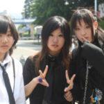 Asiatiche ragazze vestiti neri bianchi