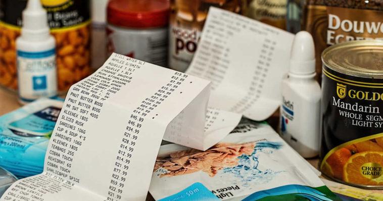 Scontrino con della spesa fatta al supermercato che sarà scolorito