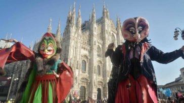 Uomini in maschera in piazza del Duomo a Milano che festeggiano il carnevale ambrosiano