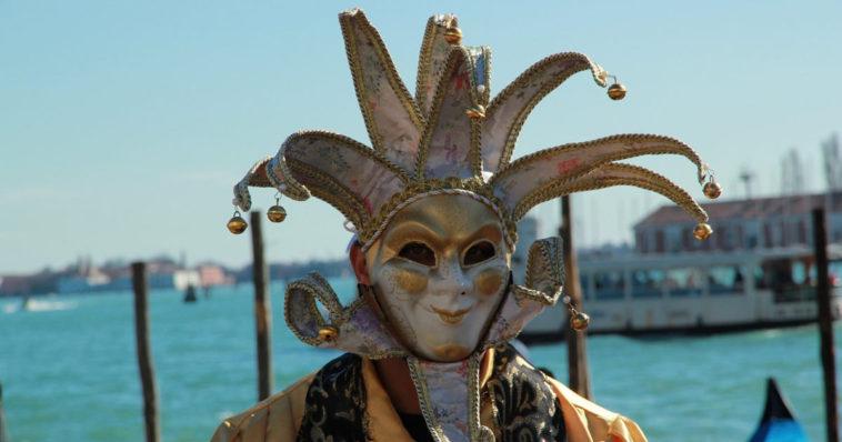 Una persona mascherata durante il carnevale di Venezia.