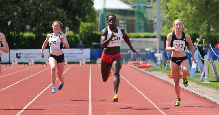 Atlete corrono gara di 100 metri partendo dai blocchi di partenza fino al traguardo